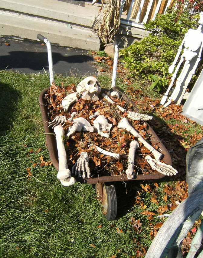 Outdoor Halloween Decorations 12 Spooky Outdoor Halloween Decor Ideas This Silly Girl